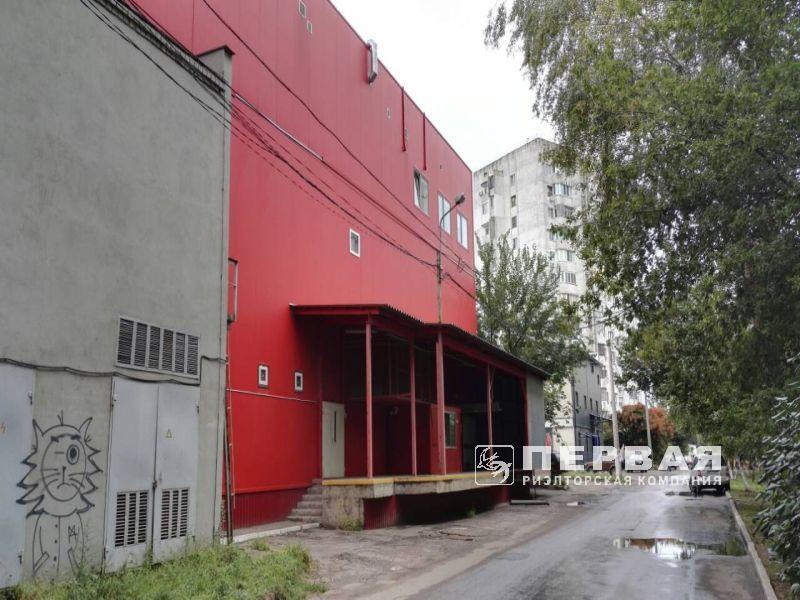 Відокремлена будівля з автостоянкою на вулиці Добровольського