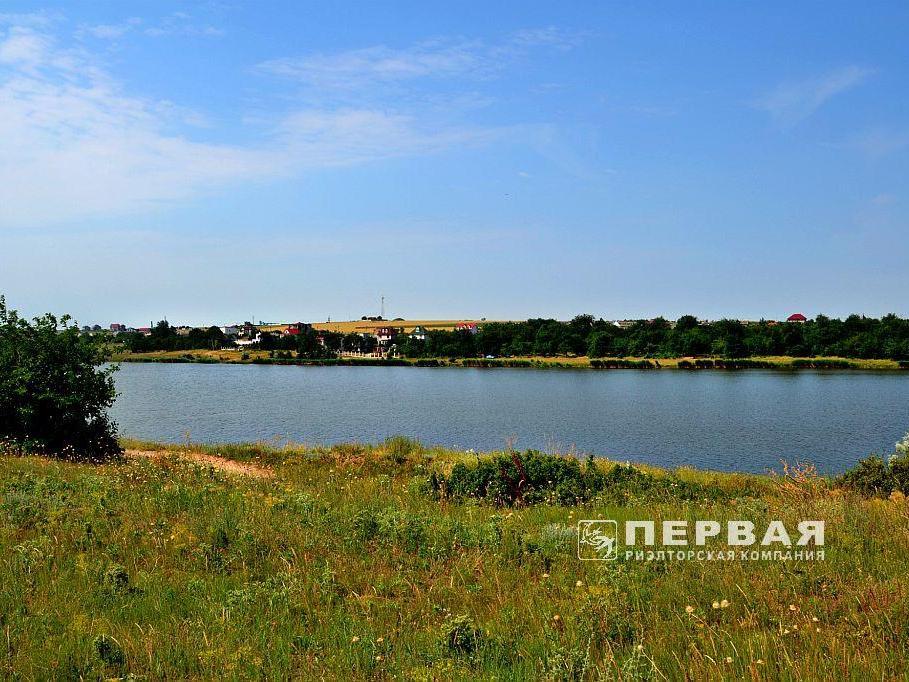 Земельный участок на берегу озера.