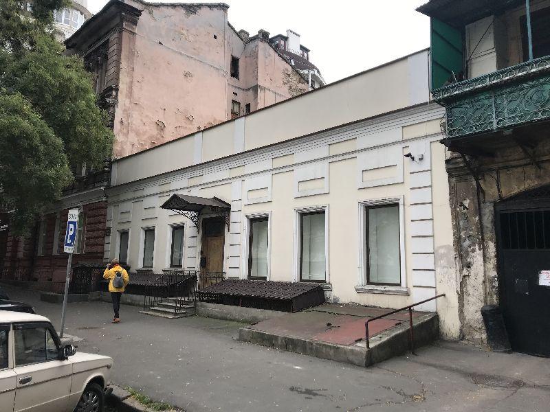 Фасадное здание в центре